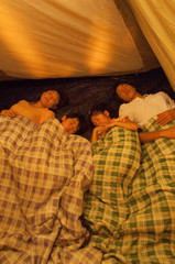 テントの中で眠る家族