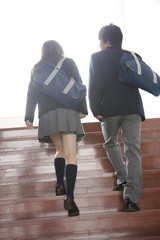 階段を上る高校生の後姿