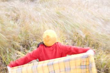 ススキ野原に立つ女性