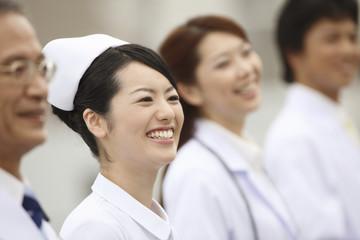 笑顔の看護師と医者