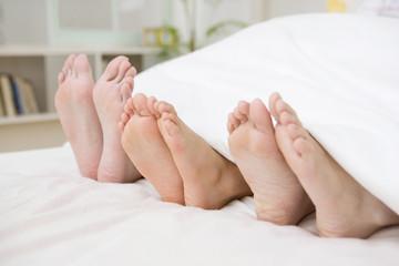 両親と男の子の足の裏