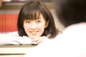 図書室で勉強する学生