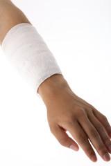 包帯を巻いた腕