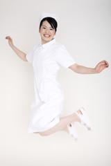 飛び上がる看護師