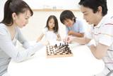 チェスをしている家族