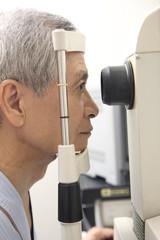 眼の検査を受ける男性