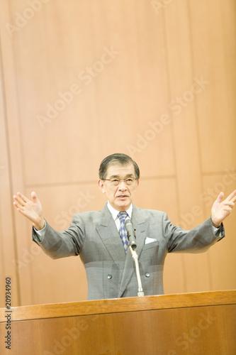 講演中の男性