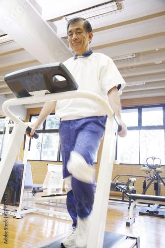 運動する老人
