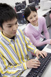 パソコンで勉強する学生