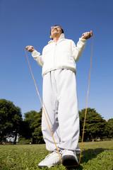 縄跳びをしている男性