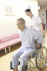 車椅子を押す看護師