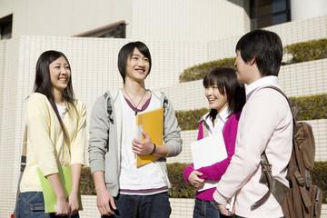 話し合いをする大学生