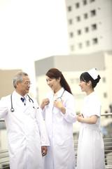 雑談をする医者と看護師