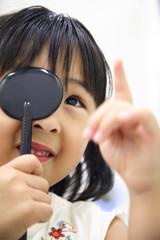 視力検査を受ける女の子