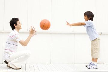 バスケットボールをしている父子