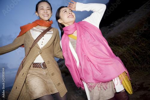 すすき草原に立つ女性達