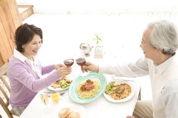 ワインで乾杯するシニア夫婦