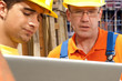 zwei Bauarbeiter mit Laptop