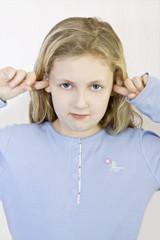 Kind steckt Finger in die Ohren