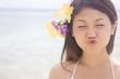 ビーチでおどけた表情をするをする女性