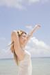 ビーチで伸びをする女性