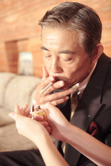 タバコの火をつけてもらう男性