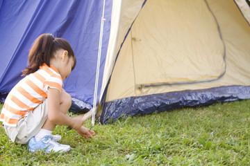 テントをたてる女の子