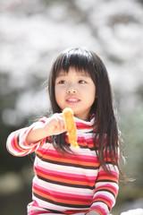 エビフライを食べようとする女の子