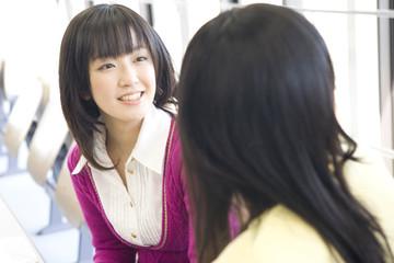 友達と談笑する学生