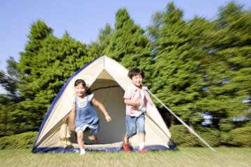 テントから駆け出してくる兄妹