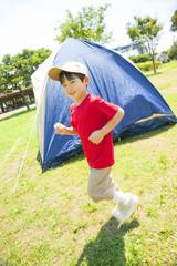 テントの周りを走り回る子供