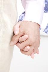 手をつないでいる夫婦