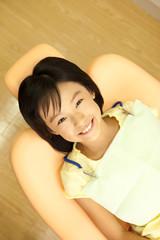 歯医者のリクライニングチェアに座る女の子