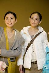 旅行バッグを持った女性達