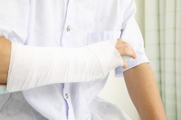 骨折した男性の腕