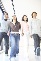 廊下を歩く大学生達