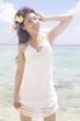 水辺に立って微笑む女性
