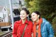 観光地を歩く女性2人