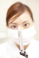 注射器を持つ歯科衛生士
