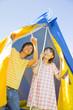 テントの中から空を見上げるカップル
