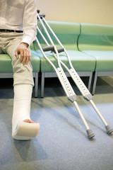 イスに座る骨折した男性患者