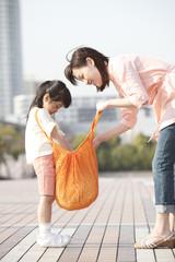 エコバッグの中を確認する母と娘
