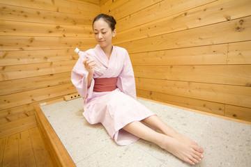 岩盤浴をしている女性