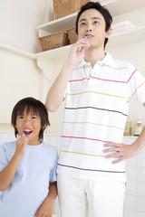 歯磨きをしている父子
