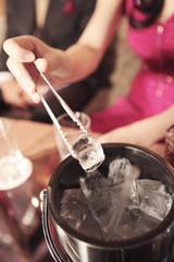 お酒をつくる女性の手