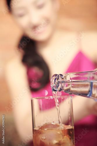 水割りをつくる女性