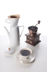 Kaffeetafel mit Kaffeemühle und Kaffeekanne