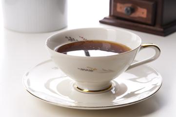 Kaffeetasse mit Goldrand und Kaffee