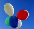 ballons multicolores fond ciel bleu
