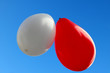 ballons rouge, blanc, fond ciel bleu